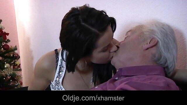 Le médecin âgé a senti la fille qui est venue à la baise sa femme enceinte réception