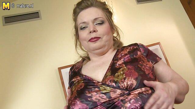 Des bas époustouflants, des culottes en dentelle et des seins porno black enceinte liquides soulèvent une bite en un instant