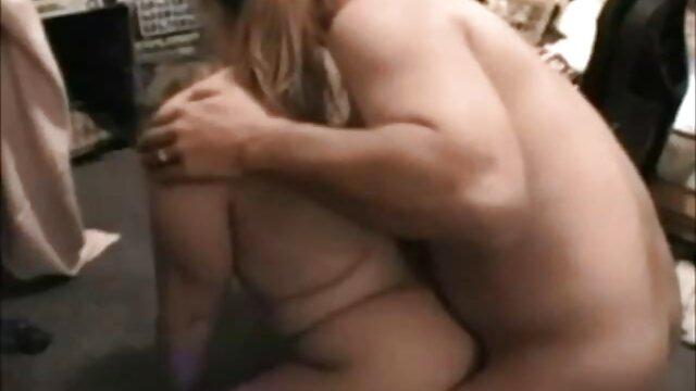 Pour augmenter la cote de leur porno enceinte gratuit chaîne de télévision, les annonceurs se déshabillent et racontent les dernières nouvelles nues
