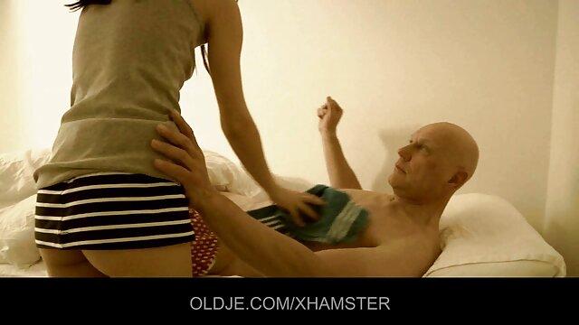 Chauve, vieux pervers video femme enceinte sexe baise une salope dépravée sur le canapé