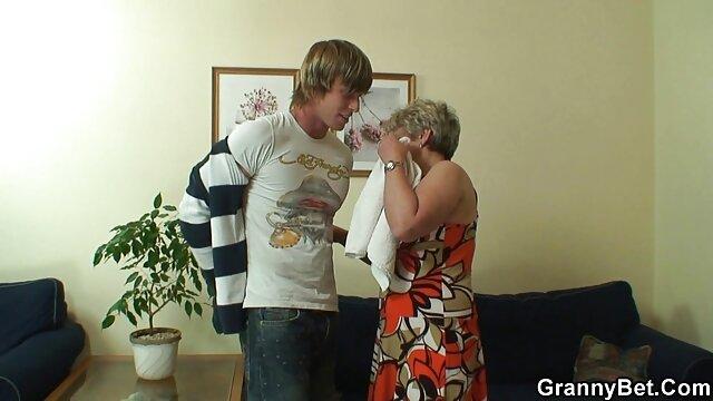 Un mec avec des boucles a tiré une jolie chienne avec femme enceinte baize un crustacé