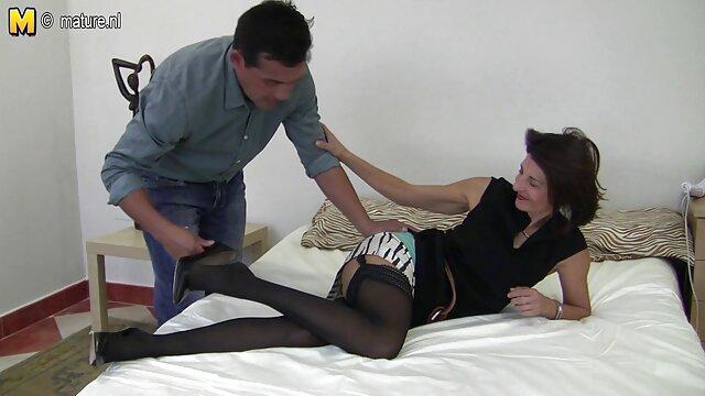 Pour une jeune brune lascive, le sexe devant la caméra d'aujourd'hui est le premier de sa vie, c'est pourquoi elle se déshabille si maladroitement et laisse son partenaire mordre ses seins et film porno les femmes enceintes lui lécher la chatte